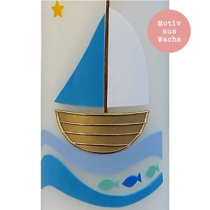 "Detailaufnahme der Taufkerze ""Segelboot (taubenblau)"" - kerzenfräulein"