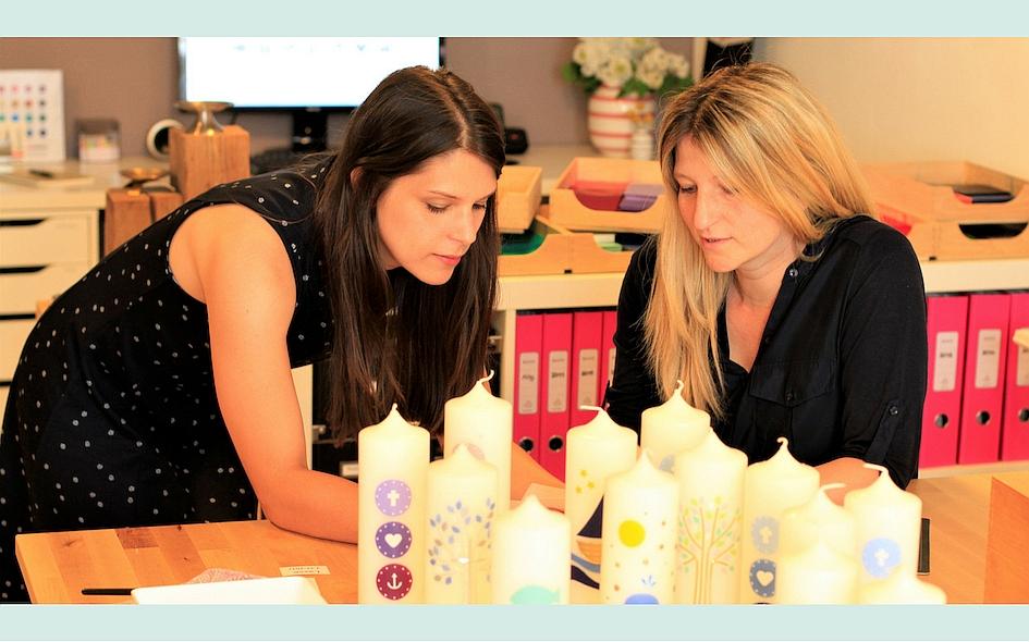 Carolin und Conny besprechen eine Kundenanfrage - kerzenfräulein